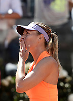 La tennista russa Maria Sharapova manda un bacio dopo aver vinto un match nel corso degli Internazionali d'Italia di tennis a Roma, 15 maggio 2017.<br /> US tennis player Maria Sharapova send a kiss after winning a match during the italian Masters tennis in Rome, May 15,2017.<br /> UPDATE IMAGES PRESS/Isabella Bonotto
