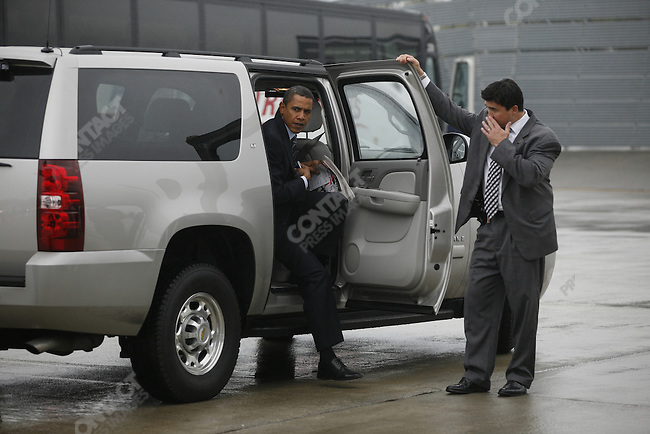 Senator Barack Obama, Democratic presidential candidate, boards his campaign plane, in Roanoke. Roanoake, Virginia, October 17, 2008. .