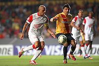MORELIA - MEXICO -28 -01-2014: Hector Mancilla (Der.) jugador de Monarcas Morelia de Mexico, disputa el balón con Omar Perez (Izq.) jugador del Independiente Santa Fe de Colombia, durante partido por la primera fase, llave G5 de la Copa Libertadores en el estadio Morelos de la ciudad de Morelia. / Hector Mancilla (R) player of Monarcas Morelia of Mexico, struggles for the ball with Omar Perez (L), player of Independiente Santa Fe of Colombia, during a match for the first phase, g5 key of the Copa Bridgestone Libertadores  in Morelos stadium in Morelia city, Photo: VizzorImage  / Manuel Velasquez / Jam Media / Cont