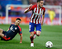 Atletico Madrid´s Spanish midfielder Saul and Bayer Munich Sabi Alonso during the UEFA Champions League match between Atletico Madrid and Fc Bayern Munich at the Vicente Calderon Stadium in Madrid, Wednesday, April 27, 2016.