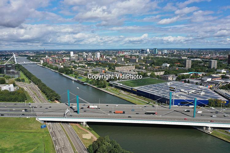 """Foto: VidiPhoto<br /> <br /> UTRECHT - Een van de meest verkeersintense oeververbindingen van Nederland, de Galecopperbrug (A12) over het Amsterdam-Rijnkanaal, krijgt vanaf vrijdag 27 september aan beide zijden nieuwe voegovergangen. Ruim een maand gaan er van de zes rijstroken in de snelweg in Oostelijke richting twee dicht. Rijkswaterstaat waarschuwt voor """"zeer ernstige verkeershinder"""" van minstens een half uur vertraging. De overlast duurt tot 8 november. Hoofaannemer van het project is KWS. Iedere dag passeren 100.000 voertuigen de brug in Oostelijke richting en evenzoveel richting het Westen. Ook op de A2 worden door de werkzaamheden op verbindingswegen naar de A12 meer files verwacht."""