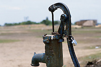 "S?dasien Asien Indien IND Tamil nadu , Wasserpumpe mit Schloss. -  Wasser Privatisierung | .South Asia India Tamil Nadu , waterpump with padlock.  -  water crisis privatization problems .| [ copyright (c) Joerg Boethling / agenda , Veroeffentlichung nur gegen Honorar und Belegexemplar an / publication only with royalties and copy to:  agenda PG   Rothestr. 66   Germany D-22765 Hamburg   ph. ++49 40 391 907 14   e-mail: boethling@agenda-fototext.de   www.agenda-fototext.de   Bank: Hamburger Sparkasse  BLZ 200 505 50  Kto. 1281 120 178   IBAN: DE96 2005 0550 1281 1201 78   BIC: ""HASPDEHH"" ,  WEITERE MOTIVE ZU DIESEM THEMA SIND VORHANDEN!! MORE PICTURES ON THIS SUBJECT AVAILABLE!! INDIA PHOTO ARCHIVE: http://www.visualindia.net ] [#0,26,121#]"