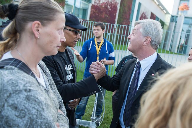 Ca. 300-350 Menschen nahmen am 3. Oktober 2014 vor dem Kanzleramt in Berlin an einer Mahnwache fuer den Frieden der sog. Montagsdemo teil.<br /> An der Manhwache nahmen Vertreter der sog. Querfront-Iedologie und Verschwoerungstheoretiker teil<br /> Im Bild: Der deutsche Pop- und Schlagersaenger Xavier Naidoo mit einem T-Shirt &quot;Freiheit fuer Deutschland&quot; (links mit schwarzer Schirmmuetze) im Gespraech mit dem Journalist und Herausgeber der Querfrontmagazin &quot;Compact&quot; Juergen Elsaesser.<br /> 3.10.2014, Berlin<br /> Copyright: Christian-Ditsch.de<br /> [Inhaltsveraendernde Manipulation des Fotos nur nach ausdruecklicher Genehmigung des Fotografen. Vereinbarungen ueber Abtretung von Persoenlichkeitsrechten/Model Release der abgebildeten Person/Personen liegen nicht vor. NO MODEL RELEASE! Don't publish without copyright Christian-Ditsch.de, Veroeffentlichung nur mit Fotografennennung, sowie gegen Honorar, MwSt. und Beleg. Konto: I N G - D i B a, IBAN DE58500105175400192269, BIC INGDDEFFXXX, Kontakt: post@christian-ditsch.de<br /> Urhebervermerk wird gemaess Paragraph 13 UHG verlangt.]