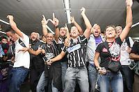 GUARULHOS, SP, 28/06/2012, MOVIMENTACAO TORCEDORES.  Os torcedores do Corinthians vieram receber os jogadores no aeroporto de Cumbica apos o brilhante empate no estadio do Boca Juniors. Luiz Guarnieri/ Brazil Photo Press.