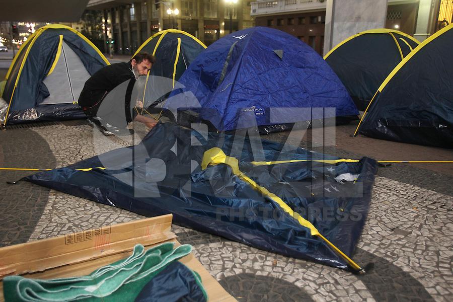 SÃO PAULO, SP, 19/08/2013, MANIFESTO. Varias barracas foram montadas na Praça do Patriarca região central de São Paulo. A manifestação é para lembrar do Massacre da Sé ocorrido em 2004, quando sete  moradores de rua foram mortos na região central.  LUIZ GUARNIERI/ BRAZIL PHOTO PRESS