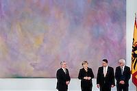 Berlin, die neuen Minister in der Gro&szlig;en Koalition um Bundeswirtschaftsminister und Vizekanzler Sigmar Gabriel (SPD, M.) und Au&szlig;enminister Frank-Walter Steinmeier (SPD) und Bundeskanzlerin Angela Merkel (CDU) stehen am Dienstag (17.12.13) im Schloss Bellevue nach der &Uuml;bergabe der Ernennungsurkunden mit Bundespr&auml;sident Joachim Gauck (l.).<br /> Foto: Steffi Loos/CommonLens