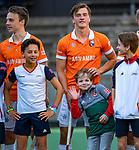AMSTELVEEN -  Jorrit Croon (Bldaal) komt op met zoon coach Jan John van 't Land (Adam)   tijdens de play-offs hoofdklasse  heren , Amsterdam-Bloemendaal (0-2).    COPYRIGHT KOEN SUYK
