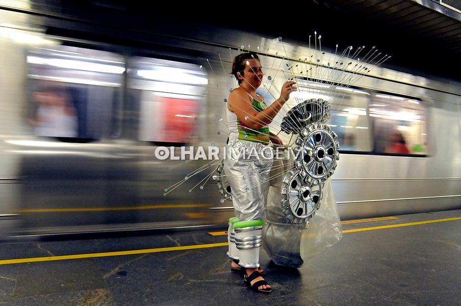 Transporte em metrô durante o carnaval. Rio de Janeiro. 2008. Foto de Rogério Reis.