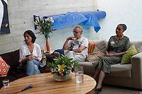 ATENÇÃO EDITOR: FOTO EMBARGADA PARA VEÍCULOS INTERNACIONAIS. SAO PAULO SP, 30 DE SETEMBRO DE 2012. ELEICAO 2012 - CAMPANHA SONINHA FRANCINE. A candidata do PPS a prefeitura de Sao Paulo, Soninha Francine, durante encontro com a ex senadora Marina Silva, para mobilizacao em torno da candidatura de Ricardo Young para vereador de Sao Paulo, na tarde deste domingo na Vila Madalena, zona oeste da capital paulista. FOTO ADRIANA SPACA/BRAZIL PHOTO PRESS
