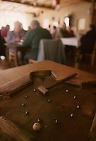 Europe/France/Nord-Pas-de-Calais/59/Nord/Hondschoote : Dans un estaminet du village jeu de la toupie à quille fabriqué par A. Pouleyn - Jeux traditionnels flamands