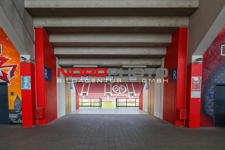 Blick ins Stadion durch einen Tribuenenzugang, <br /> <br /> Sport: Fussball: 1. Bundesliga:: nphgm001:  Saison 19/20: 33. Spieltag: 1. FSV Mainz 05 vs SV Werder Bremen 20.06.2020<br /> Foto: Neis/Eibner/Pool/via gumzmedia/nordphoto<br />