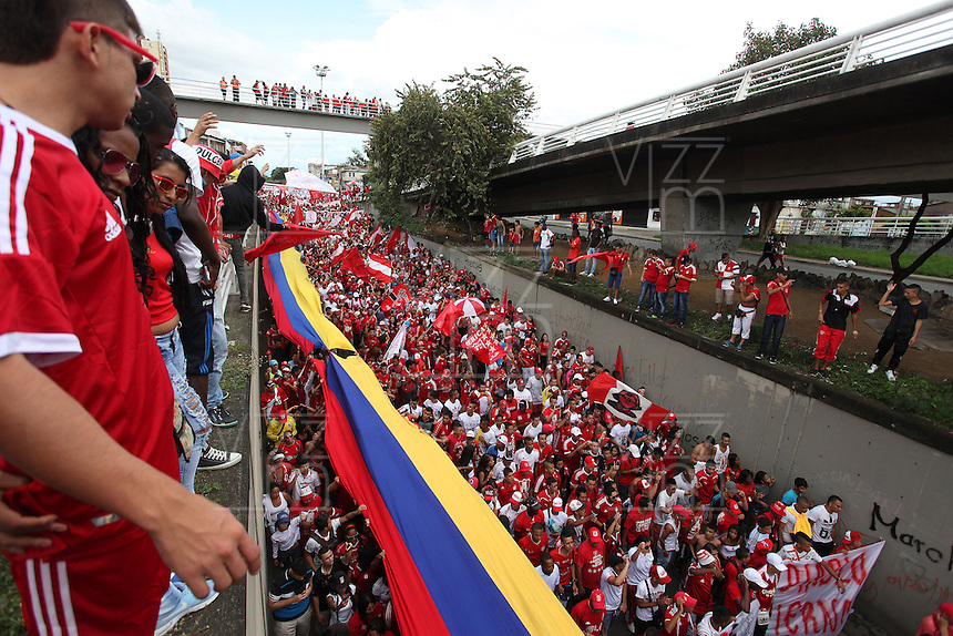 CALI - COLOMBIA 08 -02-2015: Miles de hinchas del America de Cali, marcharon por las principales calles de Cali exigiendo que el equipo juegue en el Valle del Cauca y el cambio total de la junta directiva. / Thousands of fans in America de Cali, marched through the main streets of Cali demanding that the team plays in the Valle del Cauca and the total change of the board of directors. Photo: VizzorImage  / Juan C Quintero / Str.