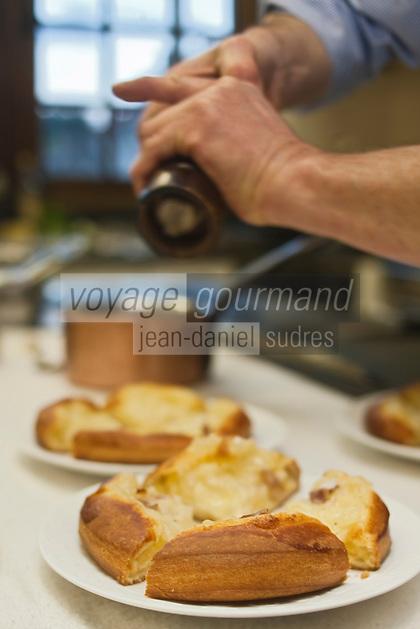 Europe/France/Rhone-Alpes/07/Ardéche/Saint-Agrève: Hôtel Faurie - Philippe Bouissou en cuisine - Préparation de la tarte briochée aux oignons confits