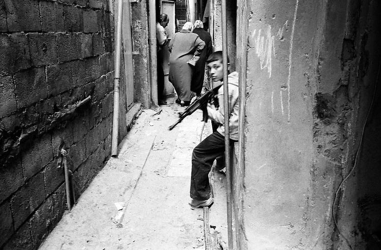 Shatila, UNRWA camp. War games in the narrow alleys of the camp.<br />  <br /> Chatila, UNRWA camp. Jeux de guerre dans les ruelles &eacute;troites du camp.