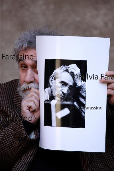 Milano, marzo 2010 Tatti Sanguineti con la foto di Walter Chiari