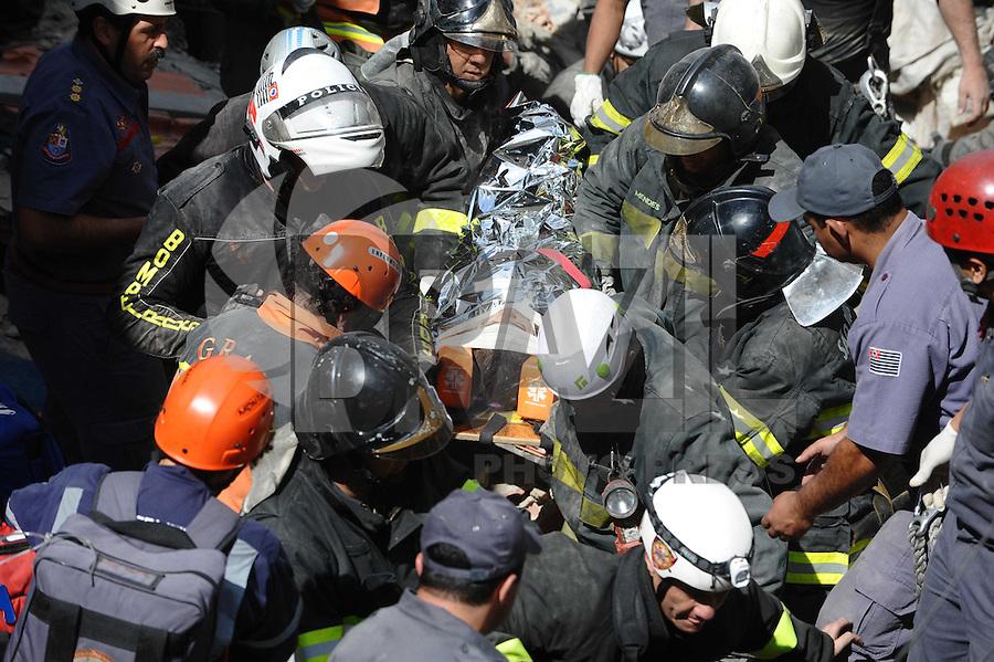 SAO PAULO, SP, 19.08.2013 -Bombeiros retira mulher da casa que explodiu na Rua Tabatinga Vila Brasilandia Zona Norte de Sao PauloFoto: Adriano Lima / Brazil Photo Press