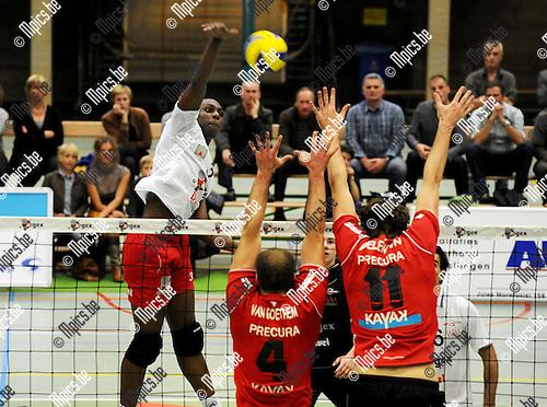 2010-10-30 / Volleybal / seizoen 2010-2011 / Puurs - Precura Antwerpen / Bakara (Puurs) probeert Van Goethem en Koelewijn te passeren..Foto: Mpics