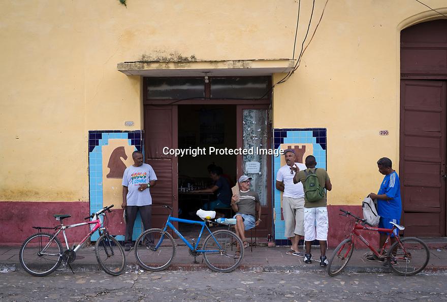 27/07/18<br /> <br /> A man fans himself with piece of cardboard outside cafe Trinidad, Cuba.<br /> <br /> All Rights Reserved, F Stop Press Ltd. (0)1335 344240 +44 (0)7765 242650  www.fstoppress.com rod@fstoppress.com