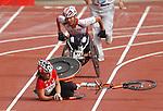 Diane Roy chute lors d' une erreur lors de son entr&eacute;e dans le stade au marathon.<br /> - Photo Benoit Pelosse-CPC