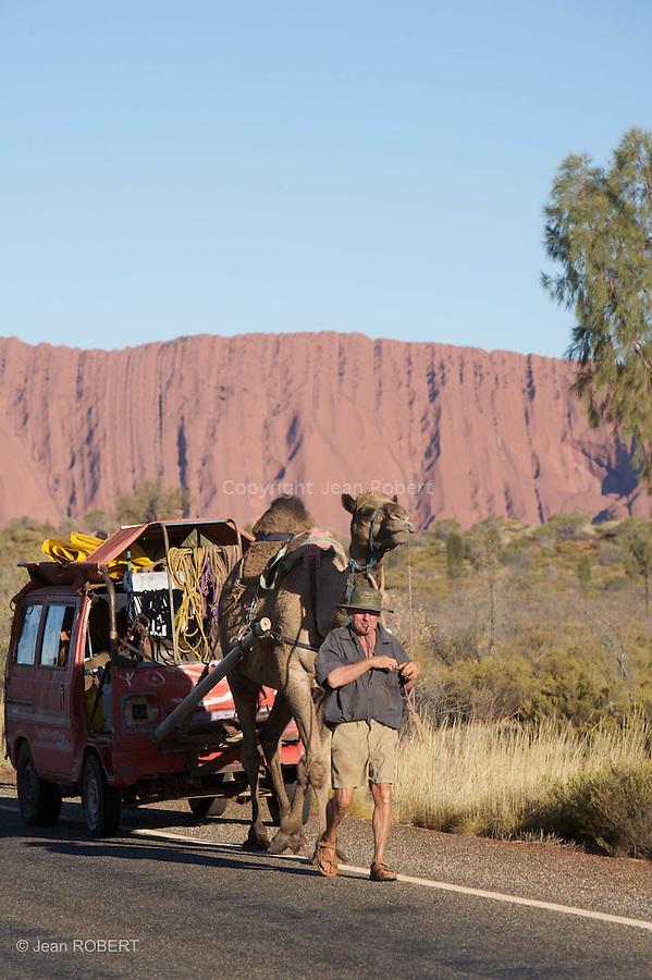 Parc national d'Uluru- Kata Tjuta.Voyageur allemand qui traverse le continent rouge seul avecses chameaux depuis pres de six ans devant Uluru