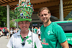 05.07.2019, Parkstadion, Zell am Ziller, AUT, TL Werder Bremen - Tag 01<br /> <br /> im Bild / picture shows <br /> <br /> Fans Zillertal <br /> Werder Fan Michael Stecher aus Schiers in der Schweiz mit imposanter Kopfbedeckung /  Niclas Füllkrug / Fuellkrug (Neuzugang Werder Bremen #11)<br /> <br />  Foto © nordphoto / Kokenge