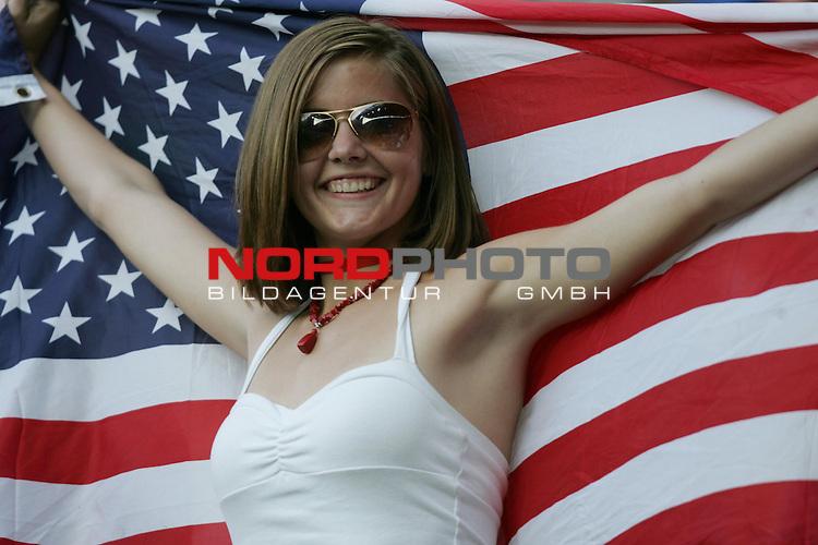 FIFA WM 2006 -  Gruppe E Vorrunde ( Group E )<br /> Play   #25 (17-Jun) - Italien - USA<br /> <br /> Junger h&uuml;bscher weiblicher Fan aus USA mit Stars and Stripes.<br /> <br /> Foto &copy; nordphoto