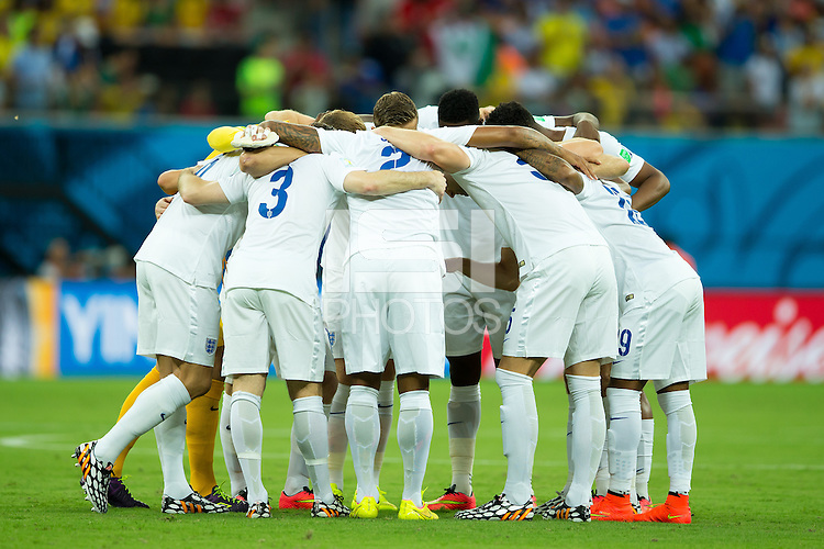 England huddle into a group before kick off