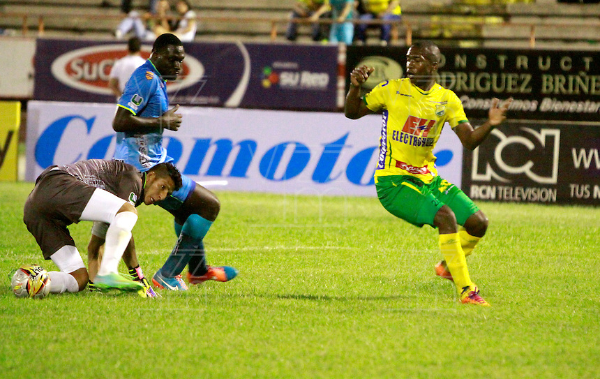 NEIVA - COLOMBIA -07 -02-2015: Yovanny Arrechea (Der.) jugador de Atletico Huila disputa el balón con Diego Martinez (Izq.) portero de Jaguares FC, durante partido entre Atletico Huila y Jaguares FC, por la fecha 2 de la Liga Aguila I-2015, jugado en el estadio Guillermo Plazas Alcid de la ciudad de Neiva. / Yovanny Arrechea (R) player of Atletico Huila, vies for the ball with Diego Martinez (L) goalkeeper of Jaguares FC, during a match between Atletico Huila and Jaguares FC for the  date 1 of the Liga Aguila I-2015 at the Guillermo Plazas Alcid Stadium in Neiva city, Photo: VizzorImage / Chello Petro / Str.
