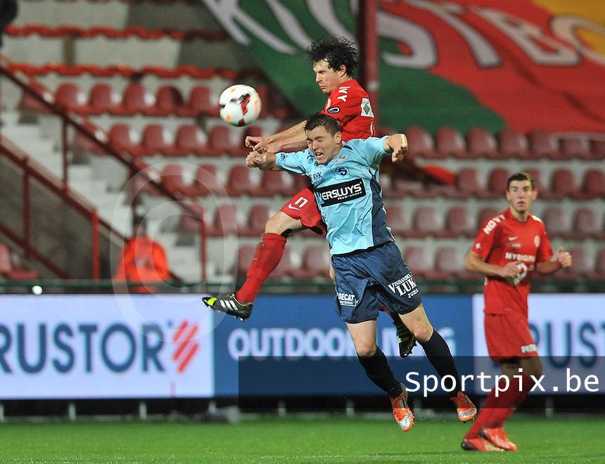 KV Kortrijk - KV Oostende : Gertjan De Mets wint het kopduel van Yohan Brouckaert <br /> foto VDB / Bart Vandenbroucke