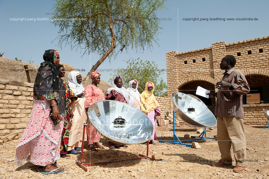 "Afrika Westafrika Mali Bandiagara , Solarworkshop, Frauen lernen Zubereitung von Essen mit einem Solarkocher -  erneuerbare Energie Solar Solarenergie xagndaz | .Africa Mali Bandiagara, solar workshop , women with solar cooker preparing food - renewable energy solar power  .| [ copyright (c) Joerg Boethling / agenda , Veroeffentlichung nur gegen Honorar und Belegexemplar an / publication only with royalties and copy to:  agenda PG   Rothestr. 66   Germany D-22765 Hamburg   ph. ++49 40 391 907 14   e-mail: boethling@agenda-fototext.de   www.agenda-fototext.de   Bank: Hamburger Sparkasse  BLZ 200 505 50  Kto. 1281 120 178   IBAN: DE96 2005 0550 1281 1201 78   BIC: ""HASPDEHH"" ,  WEITERE MOTIVE ZU DIESEM THEMA SIND VORHANDEN!! MORE PICTURES ON THIS SUBJECT AVAILABLE!! ] [#0,26,121#]"