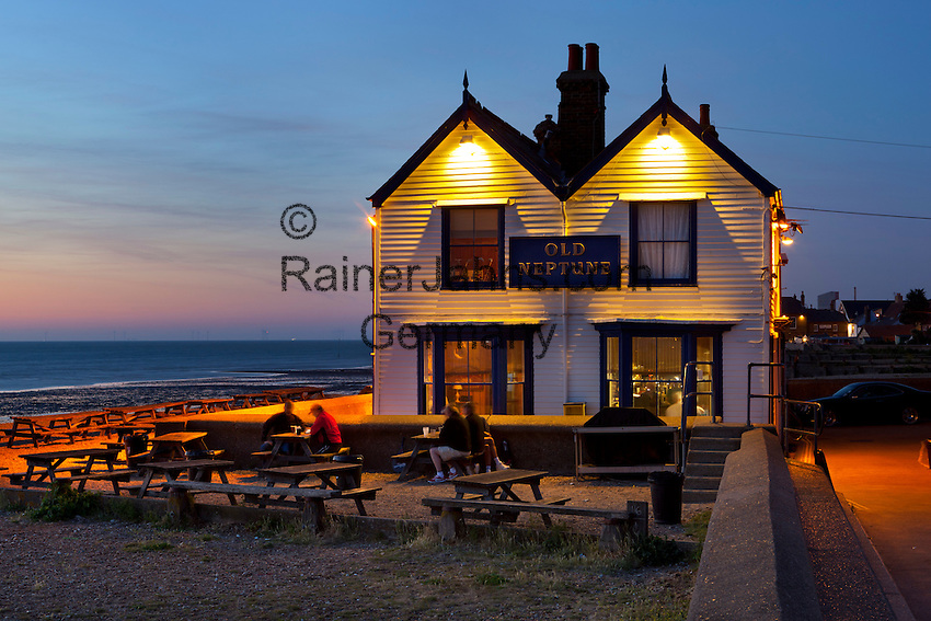 Great Britain, England, Kent, Whitstable: Old Neptune pub at dusk | Grossbritannien, England, Kent, Whitstable: Old Neptune pub am Strand, abends