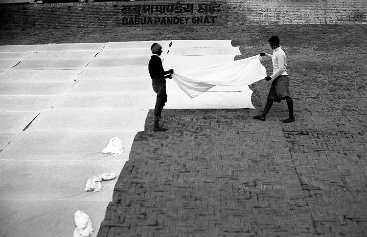12.2010 Varanasi (Uttar Pradesh)<br /> <br /> Men expanding sheets for drying in babua pandey ghat..<br /> <br /> Hommes en train d'étendre le linge sur le babua pandey ghat.