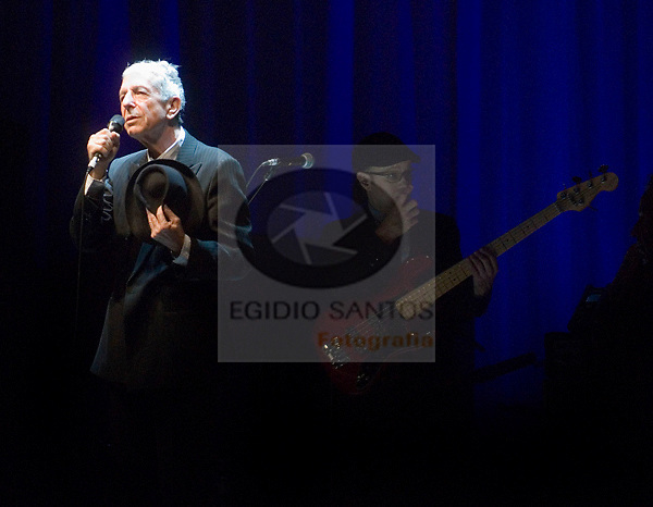 Leonard Cohen, singing at Alges, Portugal, july, 19, 2008.