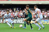 SÃO PAULO, SP, 10 DE MARÇO DE 2013 - CAMPEONATO PAULISTA - SÃO PAULO x PALMEIRAS: Kleber (c) e Rafael Toloi (d) durante partida São Paulo x Palmeiras, válida pela 11ª rodada do Campeonato Paulista de 2013, disputada no estádio do Morumbi em São Paulo. FOTO: LEVI BIANCO - BRAZIL PHOTO PRESS