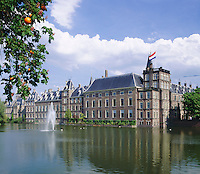 Netherlands, South Holland, The Hague: The Binnenhof, location of meetings of the Dutch parliament since 1446 at Hofvijver, a small pond in the centre | Niederlande, Suedholland, Den Haag: Der Binnenhof (Innerer Hof) am Hofvijver, seit 1446 tagt hier das niederlaendische Parlament