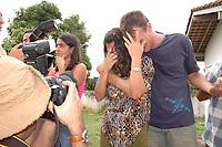 Maria Rosário Souza Guzzo 46 anos e seu filho Giovane Guzzo 27, (primeiro plano) choram durante o transporte do<br /> corpo da missionária americana<br /> <br /> Assassinato irmã Dorothy<br /> <br /> O corpo da missionária americana Dorothy Stang, da congregação irmãs de Notre Dame, 73 anos, é levado por moradores e policiais para o avião que a levará a Belém onde será periciado pelo instituto médico legal,. Irmã Dorothy foi assassinada brutalmente as 7: 30 da manhã de ontem (12/02/2005) quando saia de uma casa no assentamento feito pelo Incra conhecido como PDS Esperança. Conforme os levantamentos preliminares a religiosa foi morta com 9 tiros , dois dos quais na cabeça.<br /> Anapú, Pará, Brasil<br /> 13/02/2005<br /> Foto Paulo Santos