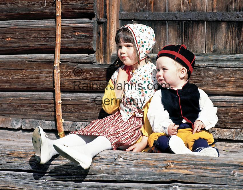 Sweden, Province Dalarnas laen, Leksand: Midsummer, young boy and girl in traditional costumes   Schweden, Provinz Dalarnas laen, Leksand: Mittsommerfest, kleiner Junge und Maedchen in typischer Tracht