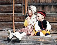 Sweden, Province Dalarnas laen, Leksand: Midsummer, young boy and girl in traditional costumes | Schweden, Provinz Dalarnas laen, Leksand: Mittsommerfest, kleiner Junge und Maedchen in typischer Tracht