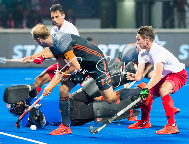 BHUBANESWAR (INDIA) -  Billy Bakker (Ned) stuit op keeper David Carter (Can) tijdens Nederland-Canada bij het WK Hockey heren.  rechts John Smythe (Can) .COPYRIGHT KOEN SUYK