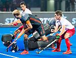 BHUBANESWAR (INDIA) -  Billy Bakker (Ned) stuit op keeper David Carter (Can) tijdens Nederland-Canada bij het WK Hockey heren.  rechts John Smythe (Can) .COPYRIGHT KOEN SUYK