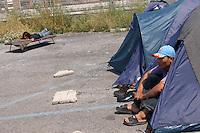 Roma, 23 Aprile 2007.Stazione Ostiense. Rifugiati afghani accampati nei dintorni della stazione.Rome, April 23, 2007.Ostiense station. Afghan refugees camped around the station