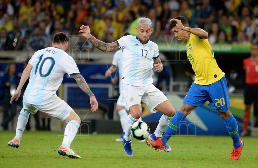 BELLO HORIZONTE – BRASIL, 2-07-2019: Firmino de Brasil disputa el balón con Otamendi de Argentina durante partido por la primera semifinal de la Copa América Brasil 2019 entre Brasil y Argentina jugado en el Mineirau de Bello Horizonte. / Firmino of Brazil vies for the ball with Otamendi of Argentina during the Copa America Brazil 2019  first semifinal match between Brasil and Argentina played at Mineirau in Bello Horizonte, Brazil. Photos: VizzorImage / Cristian Álvarez / Cont /