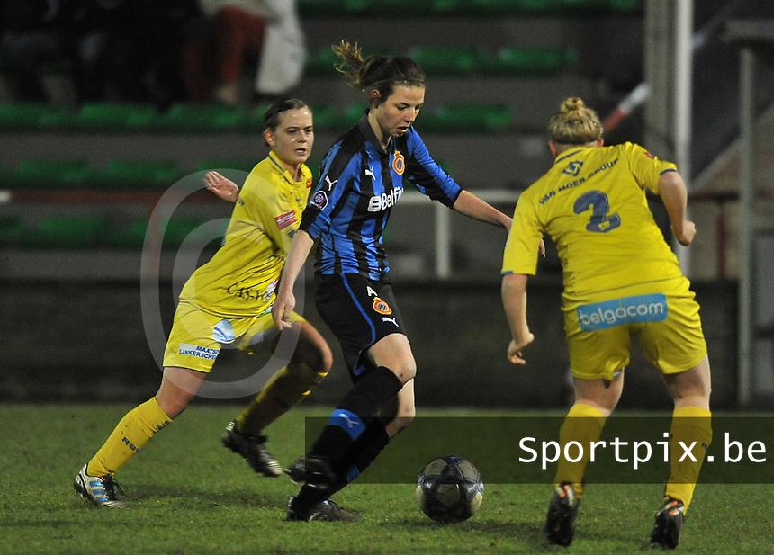 Club Brugge Dames - WB Sinaai Girls : Nicky Van Den Abbeele aan de bal voor Ellen De Wilde.foto DAVID CATRY / Vrouwenteam.be