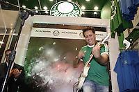FOTO EMBARGADA PARA VEICULOS INTERNACIONAIS. - SAO PAULO, 05 DE FEVEREIRO, 2013  - INAUGURAÇÃO ACADEMIA STORE - PALMEIRAS - O  guitarrista Marcos Kleine durante evento de  inauguração da primeira loja oficial da rede Academia Store, na noite dessa terça-feira (05),  na rua Augusta 2078, região dos Jardins na capital paulista .  A Academia Store, estará aberta para o público a partir do dia 07/02 - FOTO: LOLA OLIVEIRA - BRAZIL PHOTO PRESS