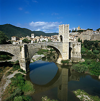 Spanien, Katalonien, Besalu: mittelalterliches Staedtchen am Fusse der Pyrenaeen, Bruecke von Besalu aus dem 12. Jahrhundert ueber den Fluss Fluvia | Spain, Catalunya, Besalu: Medieval town and bridge over Fluvia River