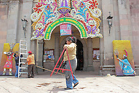 Quer&eacute;taro, Qro. 12 Septiembre 2012. Bendicen portada del Templo de la cruz para comenzar el montaje con el que se da inicio a las festividades de este Templo que ya es tradici&oacute;n en la ciudad. <br /> Foto: Yunuen Aviles/Agencia Obtura.