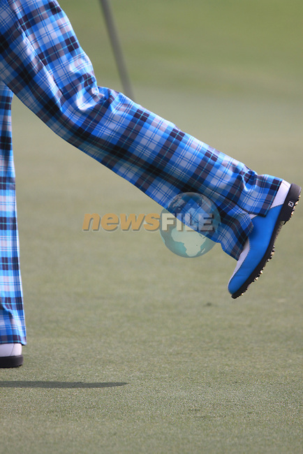 Ian Poulter's fancy footwork on the 18th green during  Day 2 at the Dubai World Championship Golf in Jumeirah, Earth Course, Golf Estates, Dubai  UAE, 20th November 2009 (Photo by Eoin Clarke/GOLFFILE)