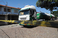 SAO PAULO, SP, 07 MARÇO DE 2012 _Caminhao caregado de combustivel (Alcool) foi atacado por grevistas na Rua Aragarças com  Av Presidente Wilson(FOTO: ADRIANO LIMA - BRAZIL PHOTO PRESS)