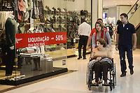 RIO DE JANEIRO, RJ, 07 AGOSTO 2012 - COMERCIO-DIA DOS PAIS - As lojas oferecem promocoes e descontos para o aumento de venda no Dia dos Pais, na Barra, zona oeste do rio.(FOTO: MARCELO FONSECA / BRAZIL PHOTO PRESS).