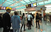 RIO DE JANEIRO, RJ, 03.06.2013 - MOVIMENTAÇÃO / AEROPORTO / RJ -  Movimentação de passageiros no Aeroporto Santos Dumont no Rio de Janeiro, nesta segunda-feira, 03. Devido a condições climáticas diversos voos foram cancelados, no momento o aeroporto se encontra fechado para pousos. (Foto: Vanessa Carvalho / Brazil Photo Press).